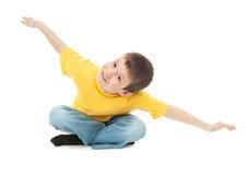 Il ragazzo in maglietta gialla simula il volo fotografia stock libera da diritti