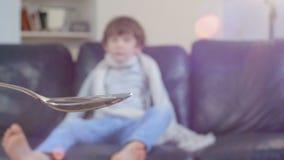 Il ragazzo malato non vuole prendere lo sciroppo medicinale stock footage