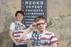 Il ragazzo misura i vetri Fotografia Stock Libera da Diritti