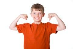 Il ragazzo mostra i suoi muscoli Fotografia Stock