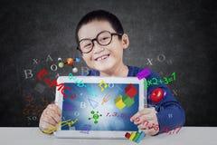 Il ragazzo mostra la compressa con la formula Fotografie Stock