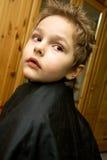 Il ragazzo nel negozio di barbiere immagini stock libere da diritti