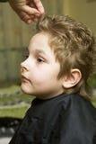 Il ragazzo nel negozio di barbiere fotografia stock libera da diritti
