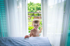 Il ragazzo nella camera di albergo Immagini Stock Libere da Diritti
