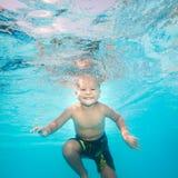 Il ragazzo nuota underwater Immagini Stock