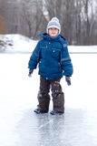 Il ragazzo piccolo si diverte l'inverno all'aperto Immagini Stock Libere da Diritti