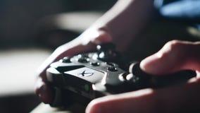 Il ragazzo preme i bottoni sul regolatore Giochi da bambini un video gioco video d archivio