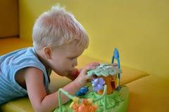 Il ragazzo prescolare bello gioca i giocattoli in stanza dei giochi Fotografie Stock Libere da Diritti