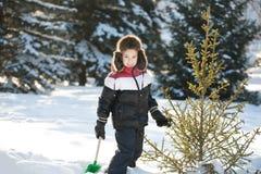 Il ragazzo pulisce la neve Fotografia Stock Libera da Diritti