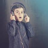Il ragazzo reagisce mentre ascolta la musica Immagine Stock Libera da Diritti