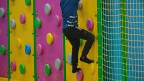 Il ragazzo scala la parete video d archivio