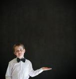 Il ragazzo si è agghindato come tenuta qualche cosa dell'uomo d'affari sulla mano piana Immagini Stock