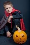 Il ragazzo si è vestito come il vampiro per il partito di Halloween Fotografie Stock Libere da Diritti