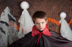 Il ragazzo si è vestito come il vampiro per il partito di Halloween Fotografia Stock