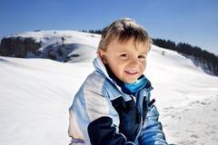Il ragazzo si diverte nelle montagne Immagine Stock