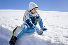 Il ragazzo si diverte nelle montagne, divertimento dell'inverno Fotografia Stock