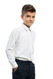 Il ragazzo sicuro ha messo le sue mani in tasche Immagine Stock