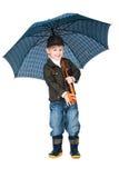 Il ragazzo sorridente che si leva in piedi sotto l'ombrello ha isolato Immagine Stock Libera da Diritti