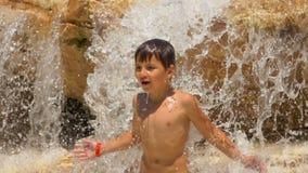 Il ragazzo sta ballando la condizione sulle rocce sullo stagno archivi video