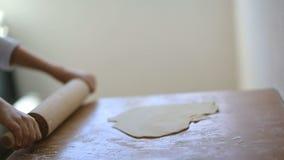 Il ragazzo sta cucinando la pasta per torte video d archivio