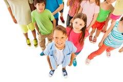 Il ragazzo sta davanti al grande gruppo dei bambini da sopra Fotografia Stock Libera da Diritti
