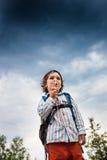 Il ragazzo sta giocando con le bolle di sapone Fotografie Stock Libere da Diritti