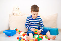 Il ragazzo sta giocando con le particelle elementari fotografie stock