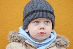 Il ragazzo sta guardando verso l'alto Fotografia Stock
