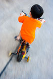 Il ragazzo sta guidando la bicicletta Fotografia Stock