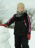 Il ragazzo sta lavorando diligente scolpisce un pupazzo di neve Fotografia Stock Libera da Diritti