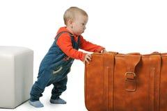 Il ragazzo sta muovendo la valigia Fotografia Stock Libera da Diritti