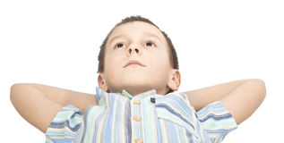 Il ragazzo sta osservando pensively in su. immagini stock libere da diritti