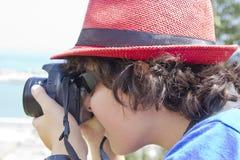 Il ragazzo sta prendendo la fotografia Immagini Stock