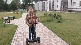 Il ragazzo sta rotolando sul motorino della girobussola vicino alla casa video d archivio