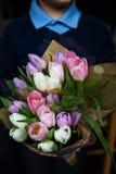 Il ragazzo sta tenendo il mazzo di tulipani Fotografia Stock Libera da Diritti
