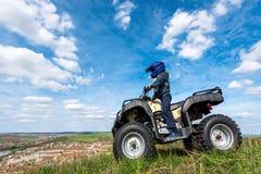Il ragazzo sta viaggiando su un ATV Bella vista immagini stock