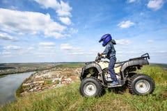 Il ragazzo sta viaggiando su un ATV Bella vista immagini stock libere da diritti