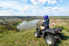Il ragazzo sta viaggiando su un ATV Bella vista fotografia stock