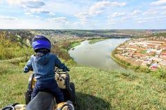 Il ragazzo sta viaggiando su un ATV Bella vista fotografia stock libera da diritti