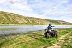 Il ragazzo sta viaggiando su un ATV Bella vista immagine stock libera da diritti