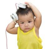 Il ragazzo sveglio ascolta canzone Fotografia Stock Libera da Diritti
