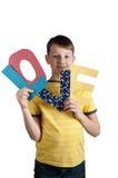 Il ragazzo sveglio con carta segna l'amore con lettere Immagini Stock Libere da Diritti