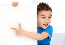 Il ragazzo sveglio sta tenendo l'insegna in bianco Fotografie Stock