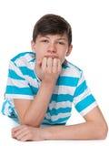 Il ragazzo teenager sta riposando sul pavimento fotografia stock libera da diritti