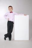 Il ragazzo tiene la scheda bianca Fotografia Stock Libera da Diritti