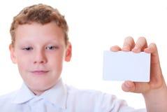 Il ragazzo tiene la scheda nelle mani di Fotografia Stock