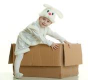 Il ragazzo in un vestito di un coniglio fotografie stock