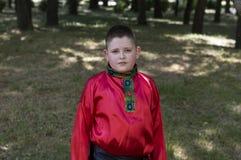 Il ragazzo in una camicia russa rossa Immagini Stock Libere da Diritti