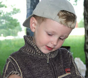 Il ragazzo in una protezione. Fotografia Stock