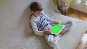 Il ragazzo utilizza la compressa, giochi video d archivio